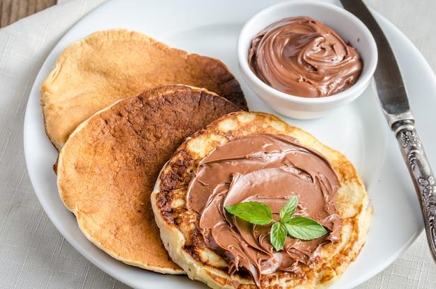 Pfannkuchen mit schokoladencreme
