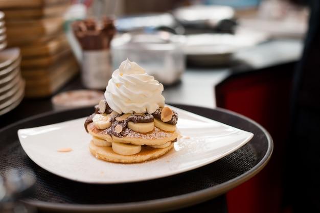 Pfannkuchen mit schokoladensauce in weißer schale
