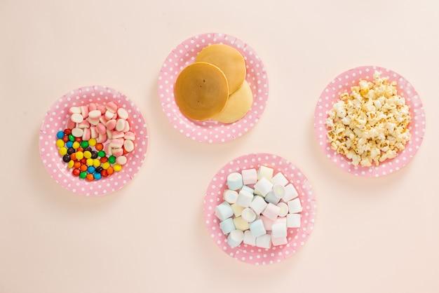 Pfannkuchen mit süßigkeiten für die kinder. ansicht von oben