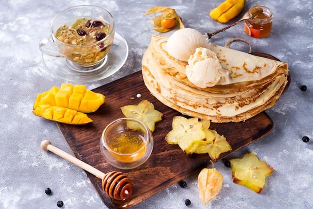Pfannkuchen mit tee und honig vorbereiten