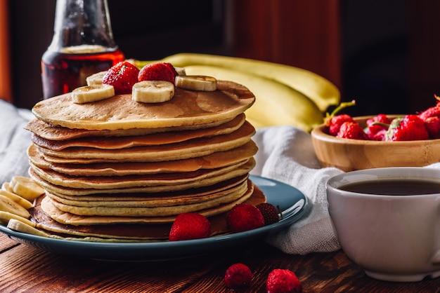 Pfannkuchen mit teetasse und obst
