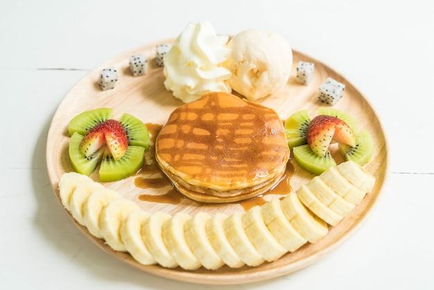 Pfannkuchen mit vanilleeis und früchten