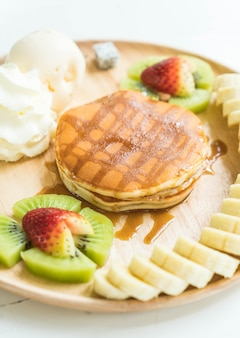 Pfannkuchen mit vanilleeis und obst