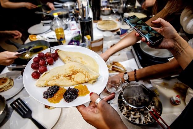 Pfannkuchen mit verschiedenen zusätzen zum frühstück.