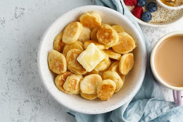 Pfannkuchen müsli, winzige dünne lustige fladenbrot, kinderessen.