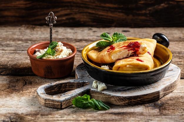 Pfannkuchen oder crepes mit hüttenkäse flapjack dünner kuchen ricotta süße dessert vanillecreme