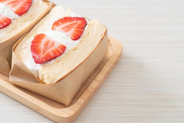 Pfannkuchen sandwich erdbeer frische sahne auf holzplatte