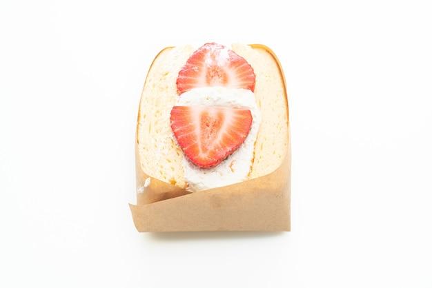 Pfannkuchen-sandwich erdbeere frische sahne isoliert auf weißem hintergrund