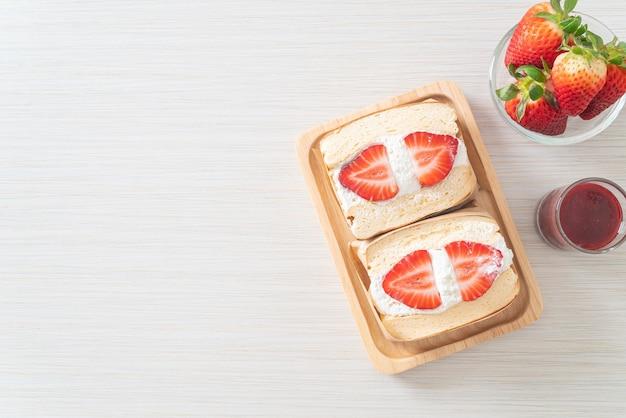 Pfannkuchen-sandwich erdbeerfrische sahne auf holzplatte