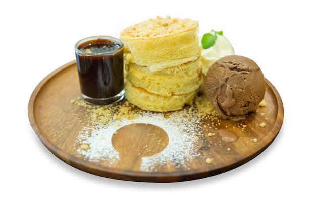 Pfannkuchen-set mit eisschokolade auf holztablett, fokus selektiv.