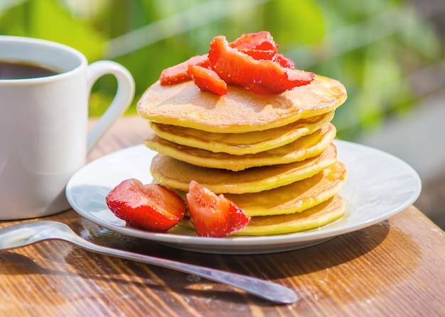 Pfannkuchen tee und erdbeermarmelade zum frühstück