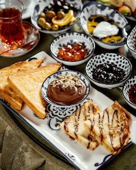 Pfannkuchen und brot mit schokoladenbutter