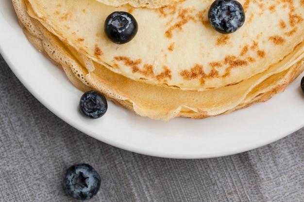 Pfannkuchen von oben mit blauen beeren