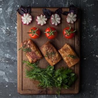 Pfannkuchen von oben mit gemüse und tomaten und radieschen im schneidebrett