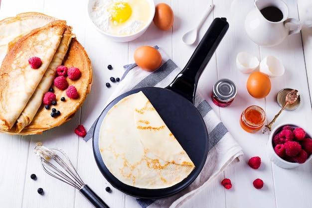Pfannkuchenbestandteile für die herstellung kochen