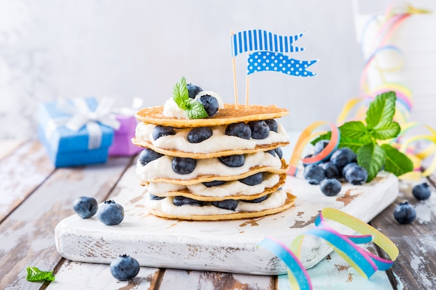 Pfannkuchenkuchen mit joghurt und blaubeeren