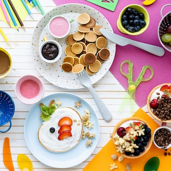 Pfannkuchenparty, kinderessen mit frischen beeren und joghurt Kostenlose Fotos