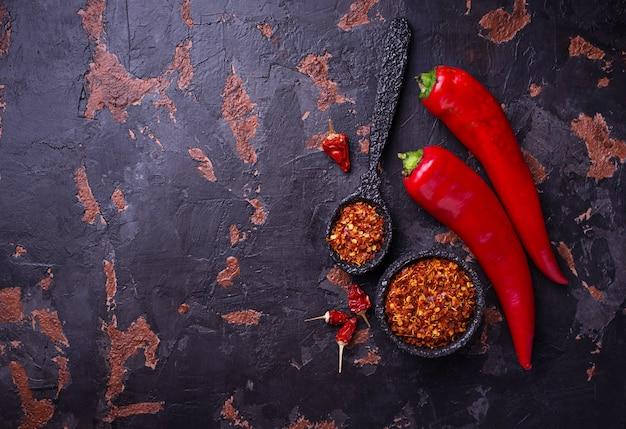 Pfeffer des roten paprikas auf altem rostigem hintergrund