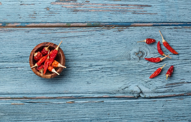 Pfeffer des roten paprikas auf blauem hintergrund