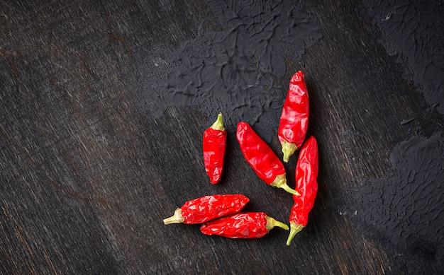 Pfeffer des roten paprikas auf dunklem hintergrund