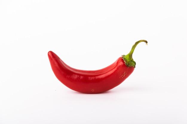 Pfeffer des roten paprikas auf einem weißen hintergrund