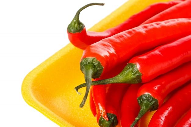 Pfeffer des roten paprikas im gelben behälter