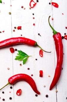 Pfeffer und petersilie des roten paprikas