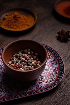 Pfefferkörner in einer keramikschale