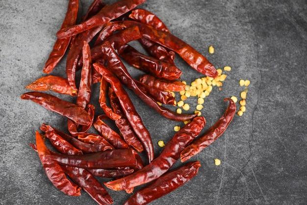 Pfeffersamen des roten paprikas / getrocknete paprikas auf dunklem hintergrund