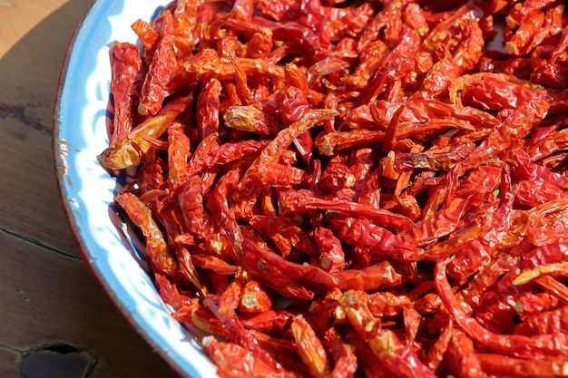 Pfeffertrocknen der roten paprikas in der sonne