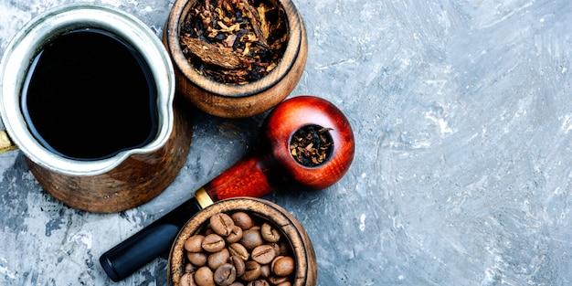 Pfeife und kaffee