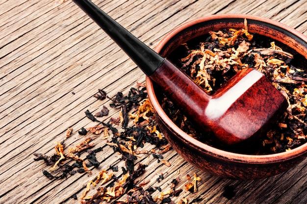 Pfeife und tabak auf rustikaler tabelle