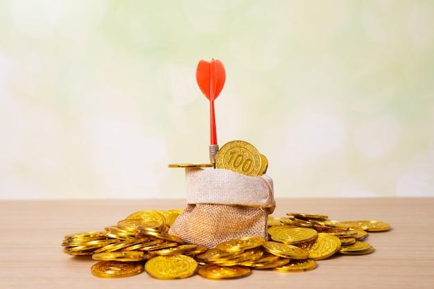 Pfeil auf goldenen münzen