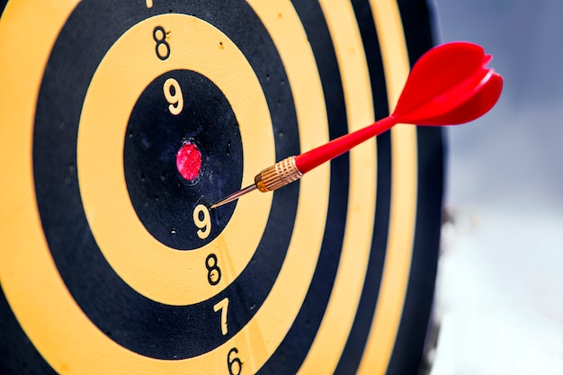 Pfeil im dart-spiel auf neun punkte