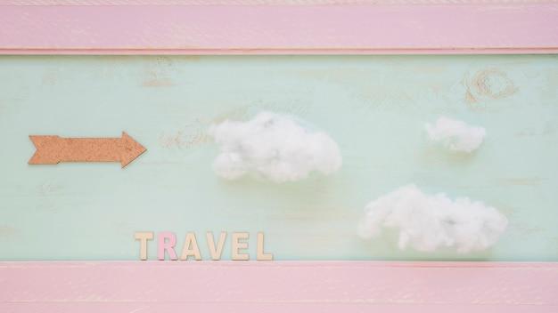 Pfeil mit text reisen und wolken an der wand