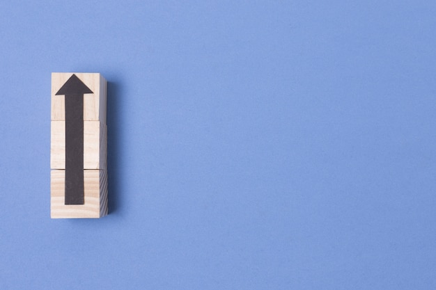 Pfeil zeigt nach oben mit holzumriss und kopierraum