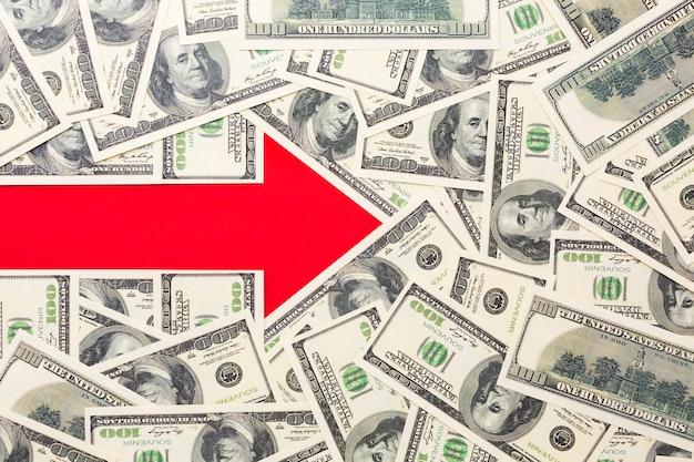 Pfeil zeigt nach rechts mit banknoten