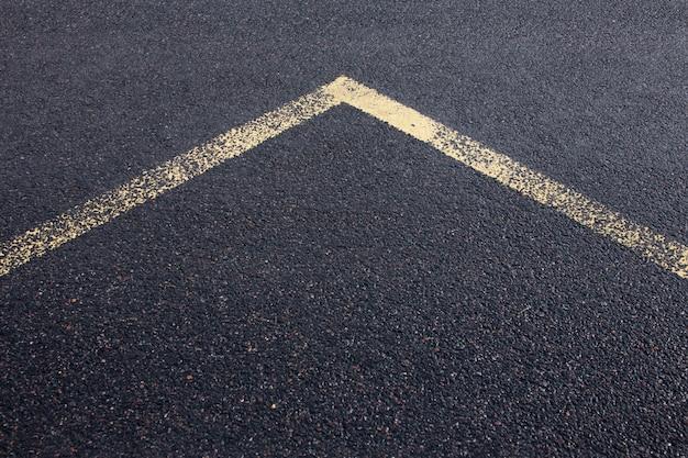 Pfeillinie auf neuer asphaltstraßenbeschaffenheit