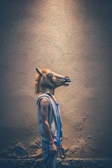Pferd maske junger hipster homosexuell mann