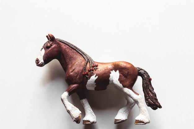 Pferd realistisches spielzeug weiß isoliert