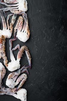 Pferdekrabbe, blaue krabbe, in eis gefrorener blumenkrabbe, auf schwarzem hintergrund, draufsicht flache lage, mit copyspace und platz für text