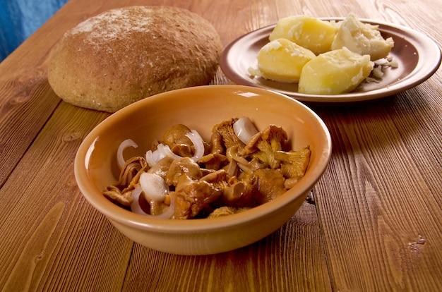 Pfifferlinge eingelegt und kartoffel, bauernbrot .farm-style .close up