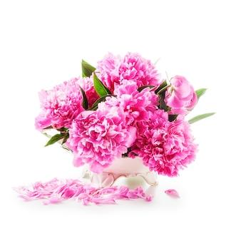 Pfingstrose blumen romantischer strauß rosa pfingstrosen in retro-vase isoliert auf weißem hintergrund
