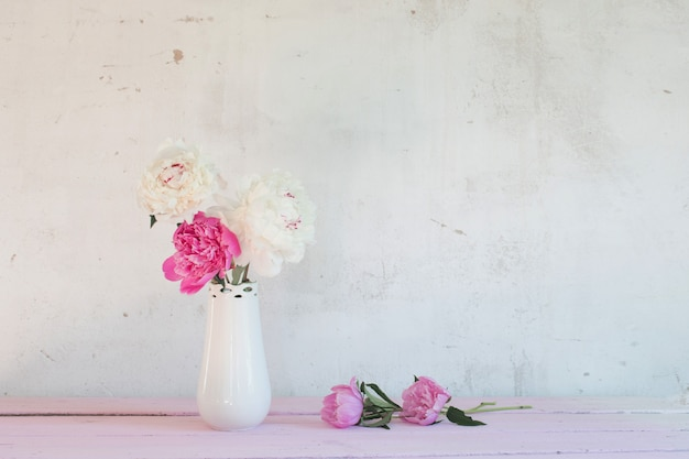 Pfingstrosen in der vase auf weißem hintergrund
