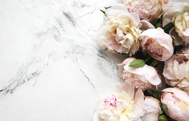 Pfingstrosenblüten auf einer marmoroberfläche
