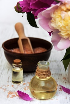 Pfingstrosenblüten, massageöle und salz