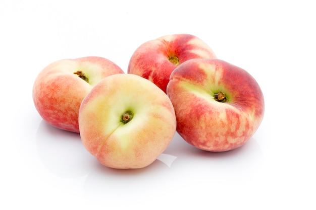 Pfirsich auf dem weißen isolierten hintergrund.