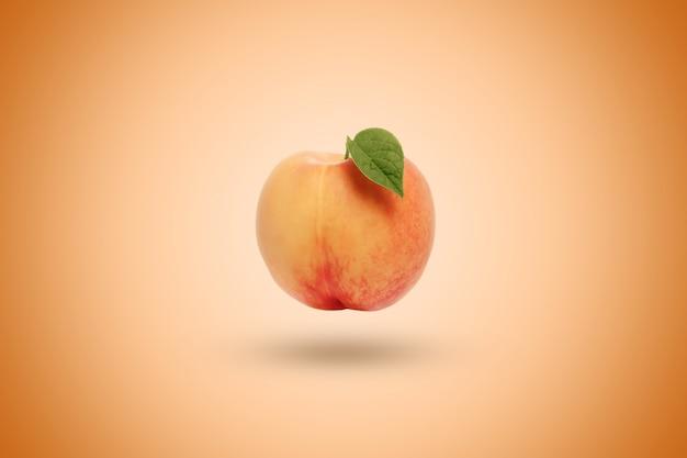 Pfirsich auf einer orange. künstlerischer hintergrund.
