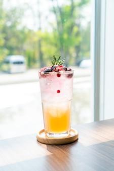 Pfirsich-beeren-soda-glas im café-restaurant