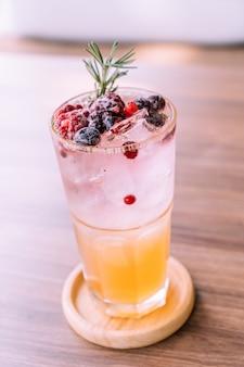 Pfirsich-beeren-soda-glas